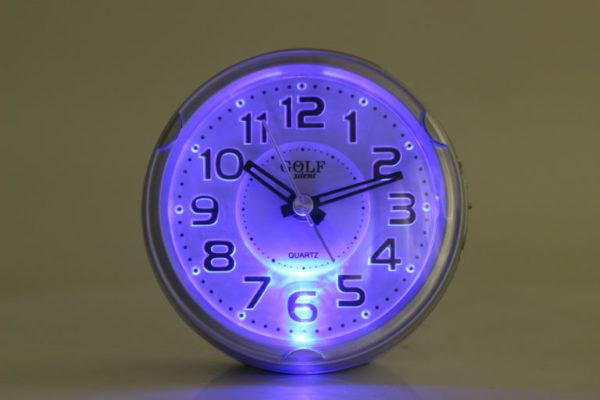 שעון מעורר מואר עם צפצוף נעים, בעיצוב עגול מודרני בצבע כסף. קולקציית גולף שקט 2000 דגם BB08604-SV