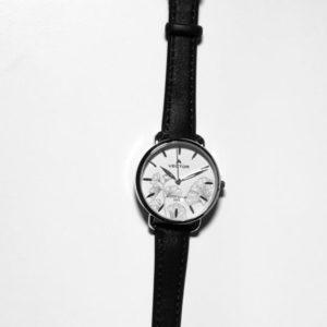 שעון יד נשי עם עיטורי פרחים כהים ורצועות עור שחורות מבית וקטור דגם V9-112593