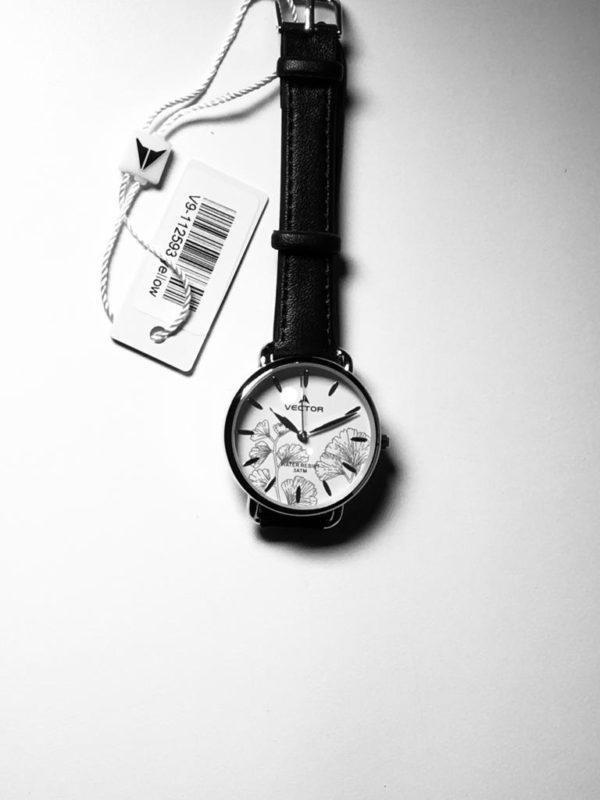 שעון יד נשי עם עיטורי פרחים כהים ורצועות עור שחורות מבית וקטור דגם V9-112593 מקט